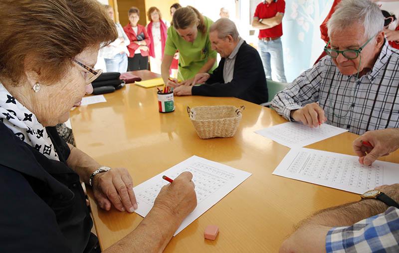 Enlace a Políticas Sociales publica una resolución por la que se aprueba el protocolo de actuación en centros residenciales especialmente para las fiestas navideñas.