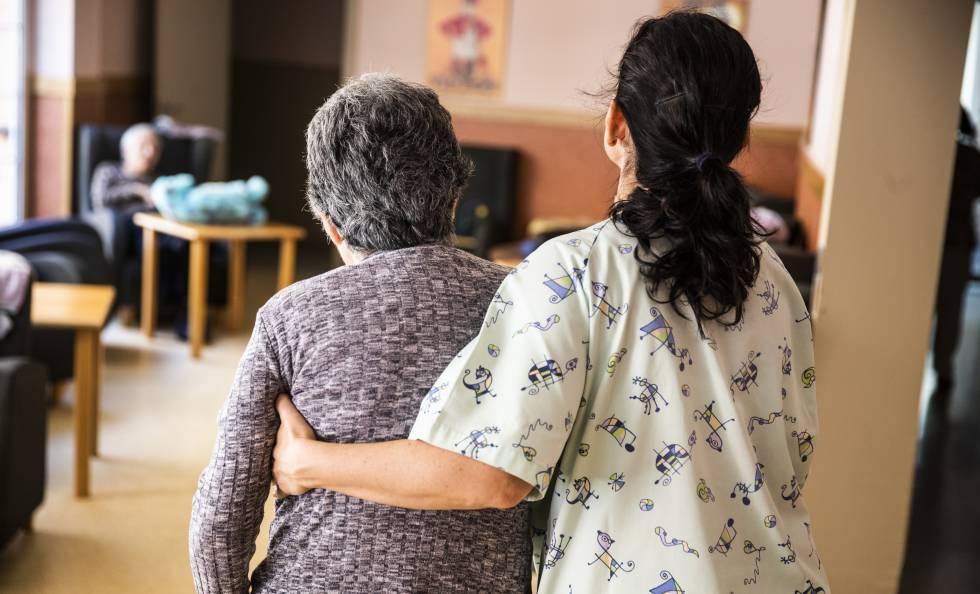 Enlace a El nuevo protocolo en centros de mayores permite el contacto físico entre residentes y familiares y la entrada de menores.